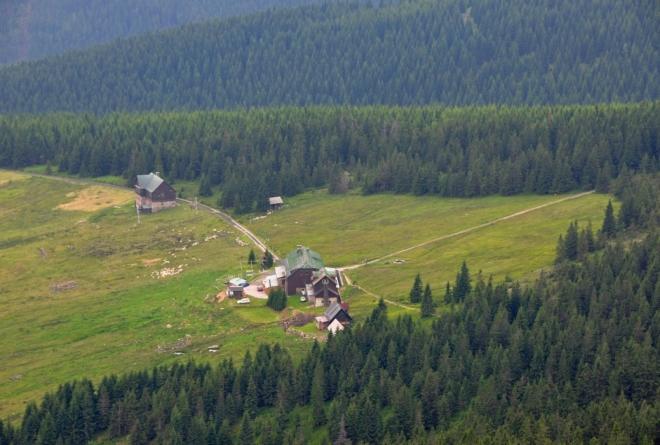 Pohled k Brádlerovým boudám ukazuje, na jak hezkém místě jsme ubytováni.