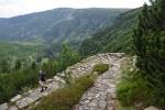Serpentiny a dokonale upravená stezka usnadňují sestup do údolí.