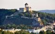 Trenčianský hrad z parkoviště na dálnici.