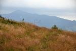 Sivý vrch je zahalen oblačností.