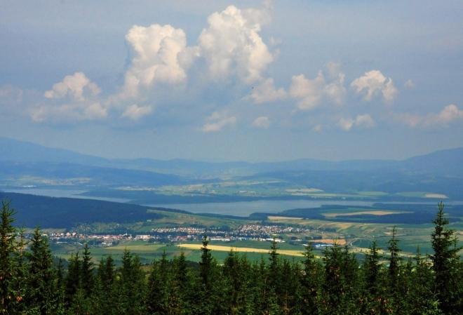 Výhled na Roháče zakryly stromy. Oravská přehrada je tak jediných záchytným bodem, pro něž má cenu lézt na chatrnou rozhlednu.