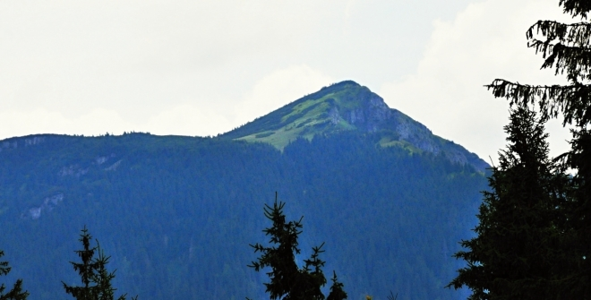 Osobitá (1 687 m n. m.). Osamocený vrchol, který míjí stezka od chaty Zverovka na Rákoň.