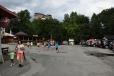 Parkoviště pod Oravským Podzámkem je obklopeno atrakcemi všeho druhu. Není divu, když sem míří takové davy. I ve čtyři odpoledne je plno.
