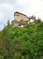 Oravské hradné bradlo (součást Oravské vrchoviny), na kterém se nad hladinou řeky Oravy a nad obcí Oravský Podzámok vypíná Oravský hrad, byl odedávna opevněným hradištěm, chráněným od severu skalním masivem a od jihu půlkruhovým zemním valem. Nejvyšší část hradu je ve výšce 112 metrů nad hladinou řeky Orava. Hradní vyvýšenina byla osídlena již v pravěku. (Wikipedie)