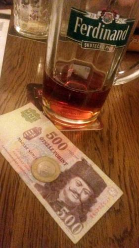 Maďarská měna forint a pivo Ferdinand