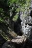 Brzy se do kaňonu říčky dostaneme z opačné strany průchozí jeskyně.