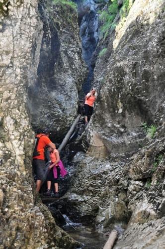 Maďarští turisté jeskyni prošli a tak do ní také s čelovkami nalezeme...