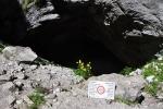 Vstup do jeskyně označuje varování.