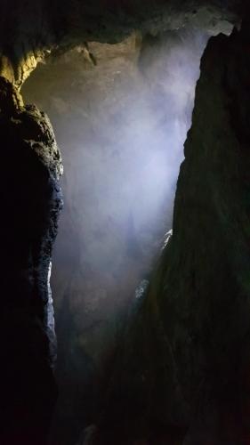 Mystika nabírá na síle, když shora propadlým stropem dolů proniká slabý svit a vytváří namodralý závoj zakrývající vysoký prostor přírodní katedrály.