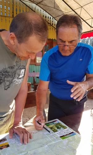 Luděk sbírá informace od zkušeného rumunského turisty, který se o ně s námi rád podělí.