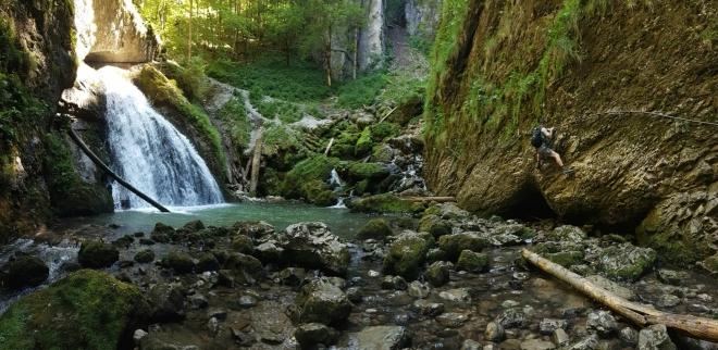 Jirka potok obchází po skále.