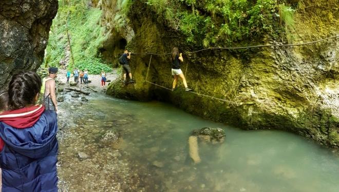Vody je málo a tak jde jít i korytem řeky. Ne vždy to je možné.