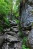 Úzkým kamenným žlabem lezeme na hřeben mezi vrcholy Vf. Borțigu a Vf. Piatra Galbenei.