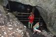 Jeskyně Focul Viu skrývá malý ledovec. Chlad z ní nás po dlouhém výstupu rychle osvěží.