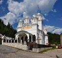 Kláštery a církevní stavby v Rumunsku nejsou jen pravoslavné. Zachovalo se tu celé spektrum kostelů, klášterů, kapliček a křížů od katolických, přes pravoslavné, ortodoxní, protestantské až po stavby upomínající na osmanskou okupaci a islámské vyznání.
