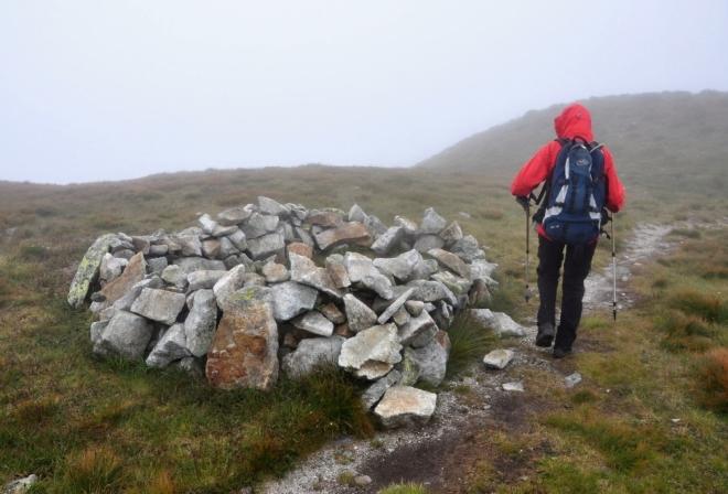 Kamenné valy chrání nocležníky před větrem, který zde není výjimečný. Jistěže je nocování zde zakázáno, někdy však není vyhnutí.