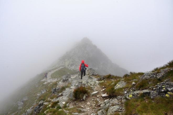 Další vrcholek již podejdeme vlevo a díky tomu zbloudíme ze správné cesty.