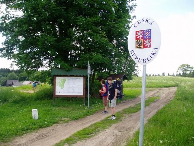 Od té ještě několik neunavených jde k prameni Lužnice (Lainsitzguelle), zatímco my ostatní odpočíváme u kapličky nedaleko hraničního přechodu na Pohoří na Šumavě.