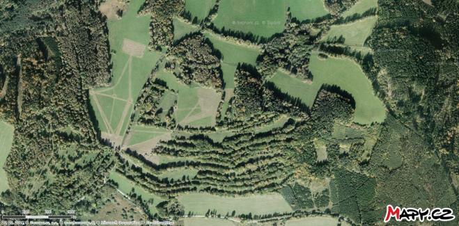 Dobře je vidět několik dlouhých terasovitých políček ve svahu kopce.