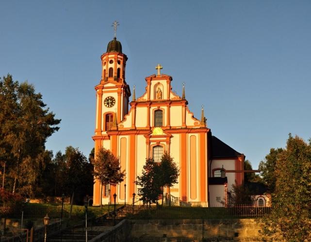 Kostel sv. Máří Magdaleny v Mařenicích vznikl na místě staršího kostela. Stavbu zadala vévodkyně Františka Toskánská. Barokní dvouvěžový kostel od Octava Broggia byl později pseudobarokně přestavěn.