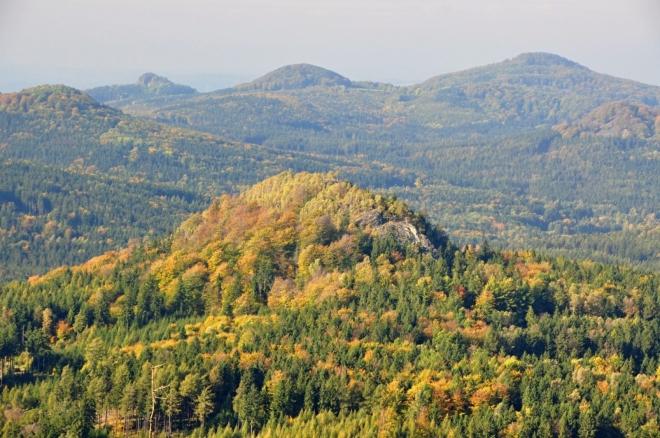 V pozadí Javor, Hřebec a Chřibský vrch.