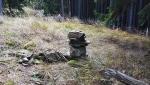 Pobořený kamenný mužík.