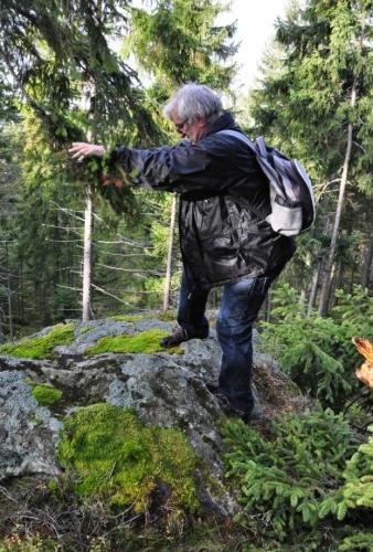 Zaklínač šumavských tisícovek při své práci na vrcholu Lapky.