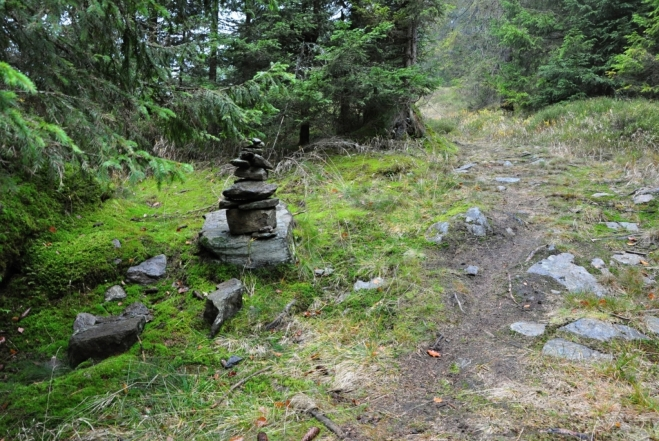 Kamenný mužík na stezce k Sokolu.