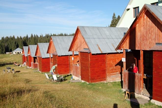 Ubytováni jsme levně v pohodlných chatkách, kde je i malý sprchový kout. Rozhodně je to pohodlnější než se tísnit ve stanu.