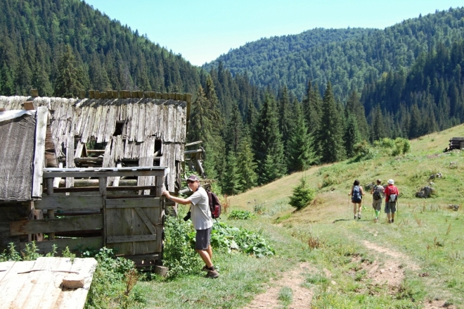 Polorozpadlé salaše nad říčkou Gărdişoara.