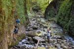 Lezeme po skalách, byť při malém průtoku řeky to jde i korytem.