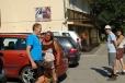 Přejezd do Scărişoary zpestřuje místní cikánka. Pardon, vlastně Rómka, jsme v Romanii.