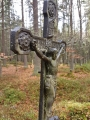 Křížky na lesních cestách osvěžují jednotvárnost krajiny a nutí člověka k zamyšlení...