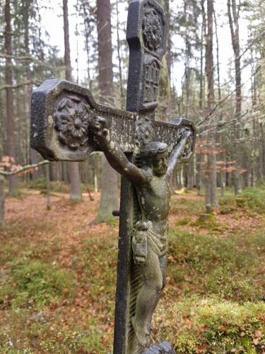 Křížky na lesních cestách osvěžují krajinu a nutí člověka k zamyšlení...