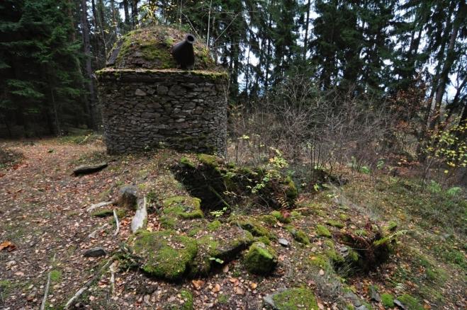 Smolná pec je ukryta v lese.