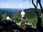 Výhled na údolí Losenice, motající se hluboko dole i vzdálený Kašperk je nádherný. My se ale už musíme vydat na další cestu stoupající k Ranklovu a Zhůří.