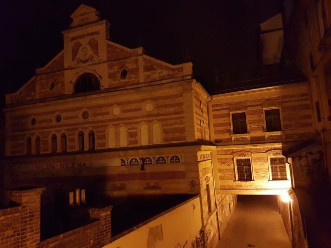 Dům U Bílého jednorožce s gotickými základy ziskal dnešní podobu v 18. století, kdy zde provozovala rodina Benýšků lékárnu. Dnes je v budově umístěno Oblastní muzeum v Lounech.