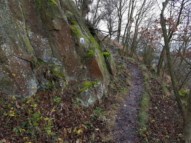 Skalnatý úsek stezky pod vrcholem Milé.
