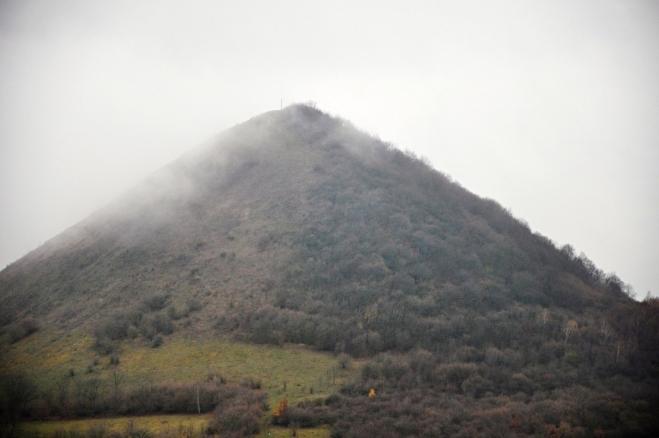Oblík je čedičový vrchol a jeho výška 509 m napovídá, že pokud nahoře nebudeme mít mlhu, čekají nás mimořádné rozhledy.