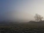 Vrchol hory se ztrácí v mlze.