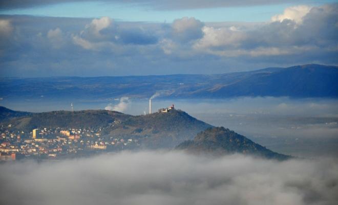Hrad Hněvín stojí hned nad Mostem.
