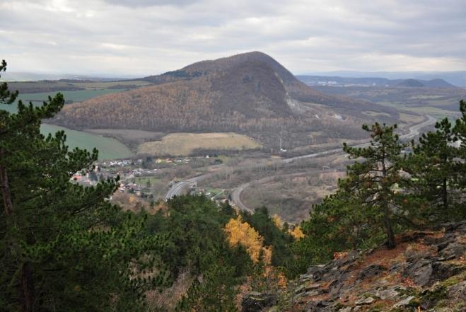 Vzdálený Zlatníķ částečně překrývá nižší Želenický vrch.