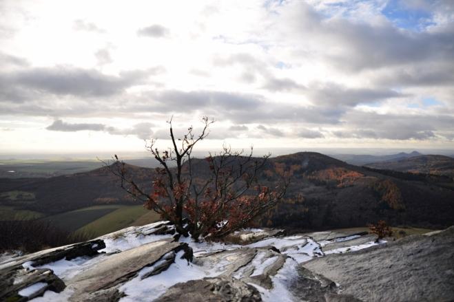 Vichr je mimořádně silný. Tento vrchol si s nedalekou Milešovkou může podat ruku.
