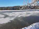 Pohled na zamrzlou hladinu odhaluje neobvykle pravidelné kruhy neznámého původu...