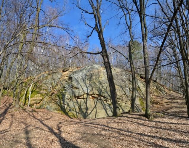 Slepencová skála Zbojník vysoká 18 metrů je pozůstatkem někdejšího lomu. Je hodně navštěvovaná horolezci. V horní polovině skály můžete objevit vytesaný obrys lidské hlavy, který vznikl snad na konci 40. let 20. století. (www.mapy.cz)