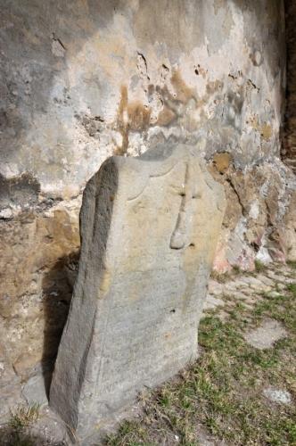 Kámen je originálem dnešní kopie u Dlouhé řeky, kde se udála vražda Jindřicha Praksického, který byl proboden svým zbtojnošem v roce 1582.