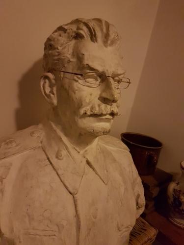 J. V. Stalin nás uvítá v penzionu Pod Hůreckým vrchem.