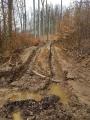 Měkký terén není pro těžkou těžařskou techniku vhodný.