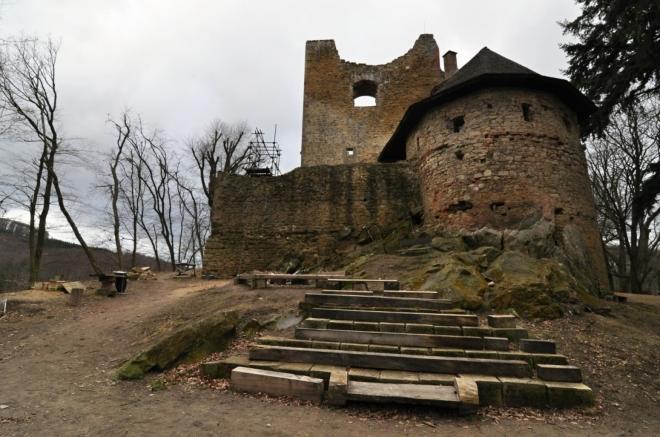 Gotický hrad byl založen Bernardem z Cimburku v letech 1327-33. Byl tvořen hradním palácem, předhradím a dvěmi okrouhlými obrannými věžemi. Dnešní význam hradu spočívá v ukázce nadstandardních architektonických a kamenických postupů 14. století. V roce 1720 je uváděn jako opuštěný. (www.mapy.cz)