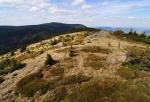 Vzdálený Keprník s Šerákem lemují obzor nad louckou Červeného vrchu.